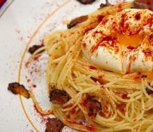 Huevo Poché sobre nido de pasta, trufa y pimentón ahumado
